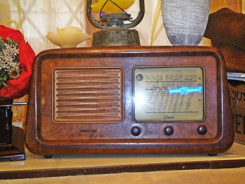 800px-Old_radio_in_Caffe'_Le_Poste_1